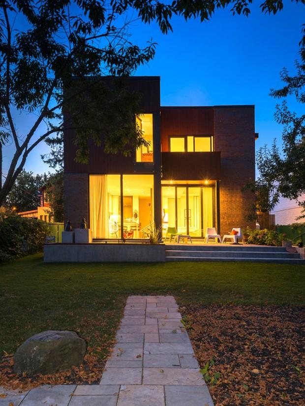Večerní pohled na osvětlený dům ze zahrady odhaluje důmyslnou práci s prosklenými plochami. Dům působí sympaticky, skromně, ale zároveň důstojně ve dne v noci. FOTO ALBERTO BISCARO