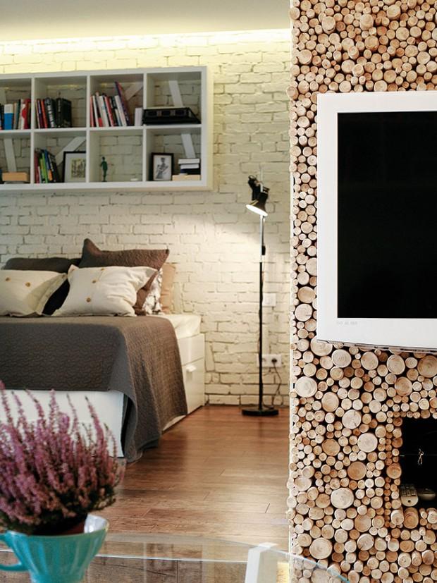 Jemná barevnost spřevahou bílé vkombinaci spřírodními materiály dotvořily prostor pro dvě obyvatelky bytu – matku adcerku. FOTO DAVID TRČKA