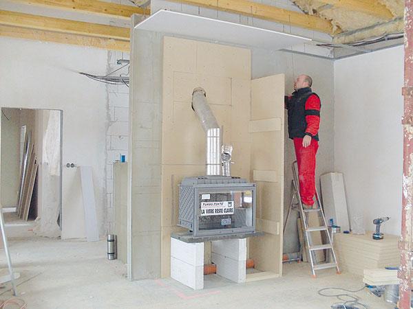 11. BOČNÍ STĚNA Montování boční stěny, viditelné jsou příložky. FOTO BALTKAMA.LT