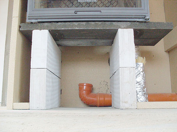 13. STOJAN VLOŽKY Tepelná izolace je nedostatečně zakrytá. Jedna vrstva fólie nestačí. Pozor, vláknité tepelné izolace by neměly přijít do styku se vzduchem, který dýcháte. FOTO BALTKAMA.LT