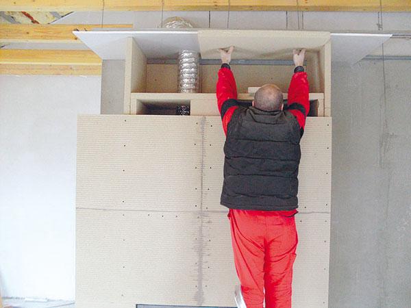 17. IZOLACE STROPU Prostor nad tzv. falešným stropem má být co nejdokonaleji tepelně odizolovaný. Proto isem připevněte tepelnou izolaci. FOTO BALTKAMA.LT