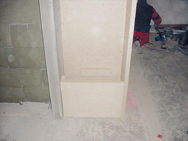 18. POLICE Podle typu materiálu je potřebné zvolit náležitě pevná lůžka poličky. Tato asi nejsou dostatečně silná na ukládání dřeva, ale umělecký předmět snadno udrží. FOTO BALTKAMA.LT
