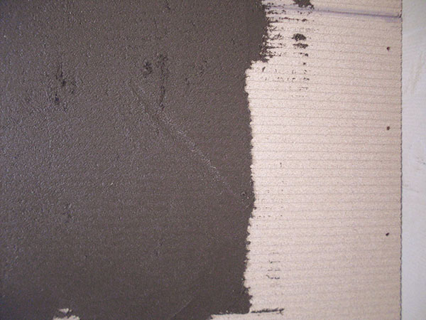 22. ZÁKLADNÍ OMÍTKA Omítku, např. Rath universal, naneste na stěny. Hned do ní vtlačte síťku aopět nanášejte omítku. Celková tloušťka je asi 3 mm. Nechte ztvrdnout 1 den. FOTO BALTKAMA.LT