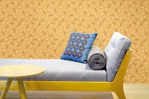 Usměvavé stěny vyparáděné tapetami sflorálními nebo geometrickými vzory jsou jedním zpoznávacích znamení této doby. Tapeta Matches cinnamon pochází zdílny designérky Babety Ondrové, která tvoří veselé vzory pod značkou Lavmi. FOTO LAVMI