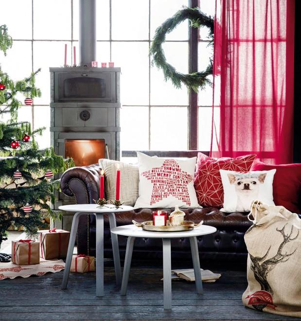 Vyměnit polštářky za vánoční je vždy jednoduchý nápad svelkým efektem. Červenou vánoční kolekci textilií najdete na www.hm.com/cz nebo vH&M Home. FOTO H&M
