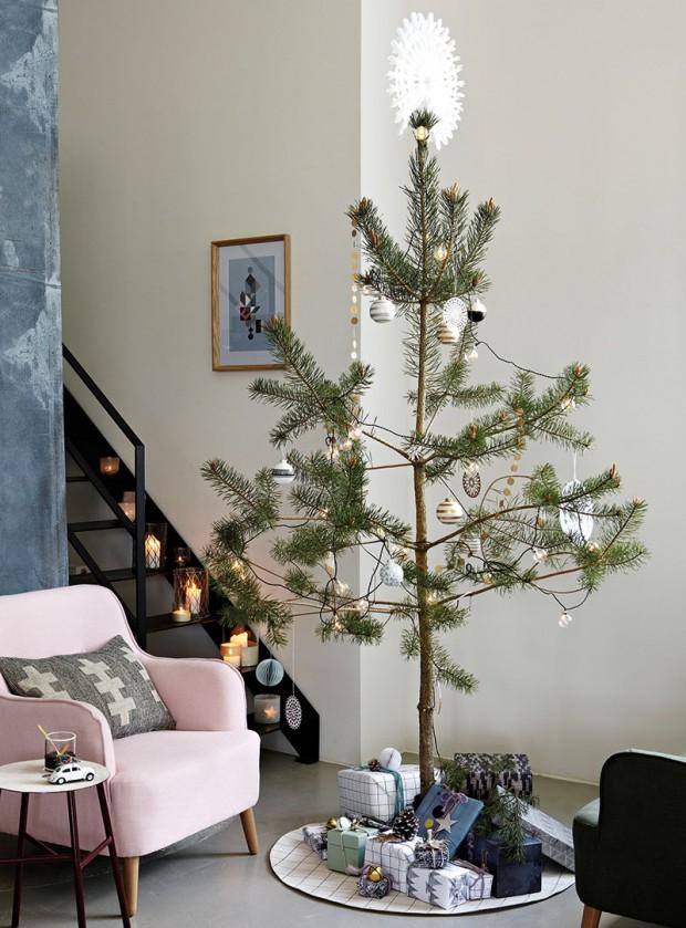 Minimalistické stromečky vyzdobené jen papírovým asvětelným řetězem aněkolika koulemi jsou ikonou elegantních Vánoc bez kýče. Ozdoby značky House Doctor hledejte na www.nordicday.cz. FOTO ELLOS