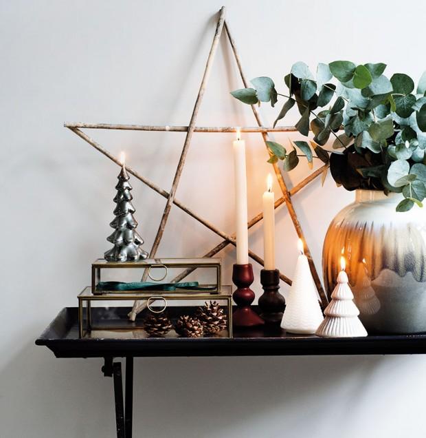 Zátiší ze svícnů, váz apřírodnin mohou být součástí každé místnosti. Stačí jeden výrazný doplněk jako velká hvězda zvětviček acelé aranžmá dostane šmrnc. FOTO BROSTE COPENHAGEN
