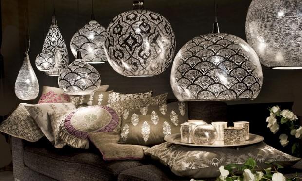Tepaná svítidla holandské značky Zenza jsou ručně vyráběná z mosazi tradiční metodou filigránu přímo v Egyptě. Světelná hra jejich vzorů po zasvícení je ideálním náladovým osvětlením obývacího pokoje nebo ložnice. Prodává LePatio Lifestyle. (foto: LePatio Lifestyle)