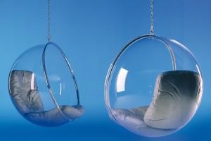 """Sci-fi 70. léta ssebou nesla mnoho vesmírných inspirací. Ale isoučasní minimalisté si """"zgustnou"""" na závěsných křeslech Bubble se stříbrnými sedáky od designéra Aera Aarnia. Nové obzory se vtomto období otevřely imateriálům vpodobě plexiskla asyntetických textilií. FOTO ADELTA"""