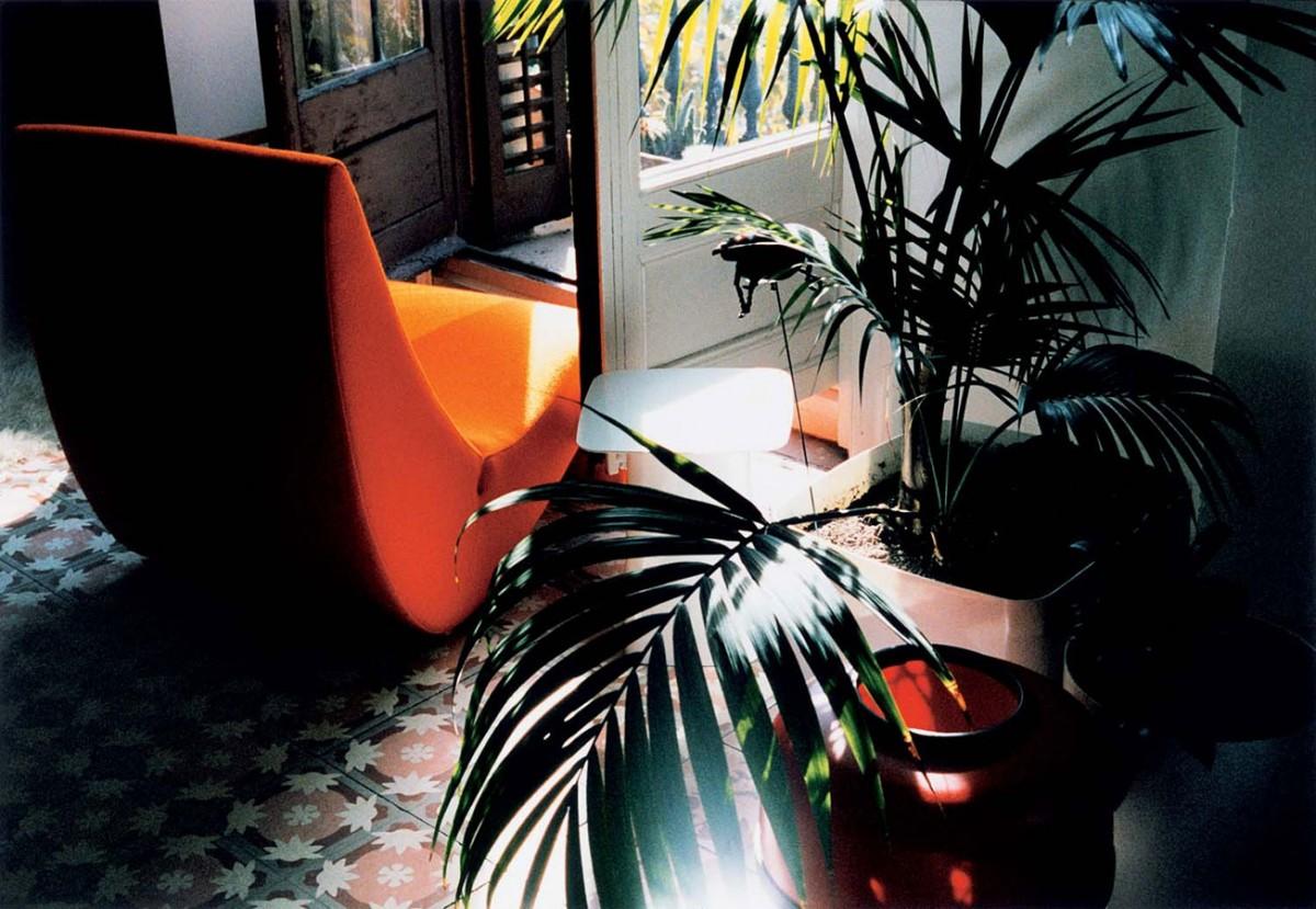 Raná 70. léta byla dobou tvarových experimentů ajasných barev. Křeslo Amoebe od Vernera Pantona je toho důkazem. Nábytek ztohoto období potlačuje stereotypní tvary. Elegantní hravost se tomuto období upřít nedá. FOTO VITRA