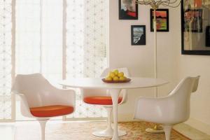Pozdní 50. léta začala sprvními revolucemi materiálů, tvarů abarev. Křeslem Tulip zroku 1957 chtěl designér Aero Saarinen eliminovat nudné čtyři nohy židle. Vytvořil křeslo, které se stalo jednou zikon nové éry designu 20. století. FOTO KNOLL
