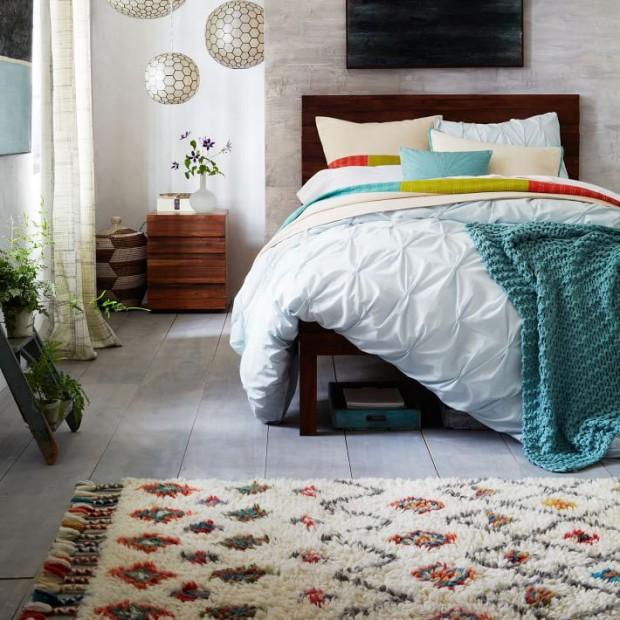 Měkký orientální koberec vyráběný v Indii může ideálně zapadnout mezi zbytek zařízení, pokud se s ním ostatní doplňky alespoň v náznacích barevně sladí. V různých velikostech je dostupný na www.westelm.com. (foto: www.westelm.com)