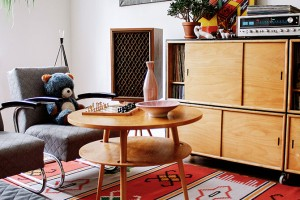 Dřevo, barva, plast. Kolekce U-450 od designéra Jiřího Jiroutka je ikonou domácí scény retro nábytku. Pochází z60. let, ale její svěží vyzařování je vinteriérech ceněno idnes. FOTO NANOVO