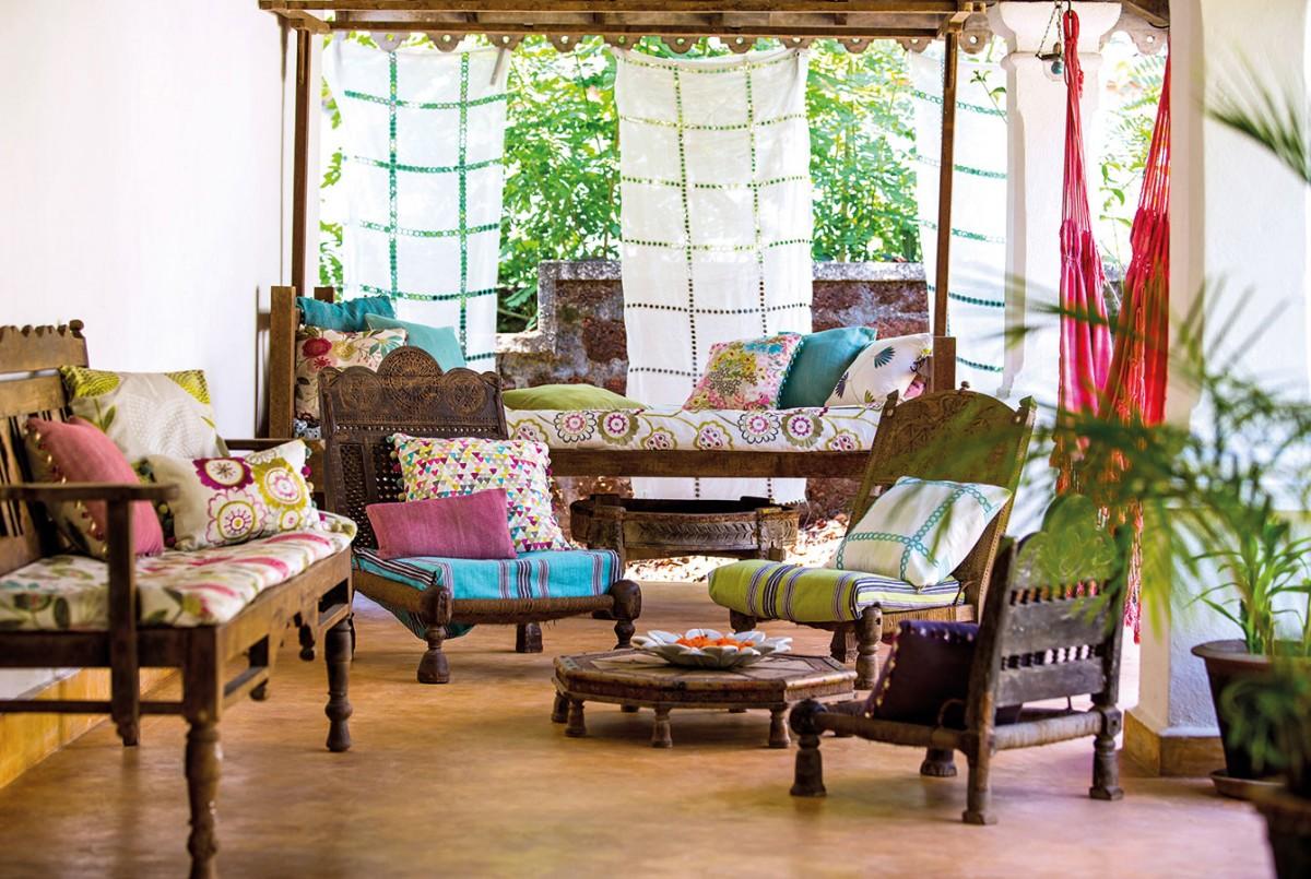 Inspiraci v exotice našli i moderní značky (na fotografii jsou produkty z kolekce Jardin Bohème od britské značky Harlequin). Do textilií nebo tapet přetavené tradiční exotické vzory a řemesla jsou vhodné na zkombinování s originálními kousky. (foto: Harlequin)