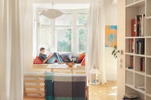 Isamotné prostory hrají důležitou roli při výběru nábytku. Čím složitější interiér, tím jemnější by měl být nábytek, nebo by měl být vmenším počtu. Potom celodřevěné klasiky na štíhlých nohách snesou ivýraznější barevné doplňky vpodobě textilií. FOTO JAROSLAV MORAVEC