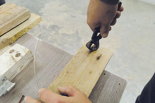1. STARÉ HŘEBÍKY Ze starých desek vytáhneme staré rezavé hřebíky, šrouby, které by nám mohly při čištění desek překážet. Díry po nich nejsou chybou, ale předností.
