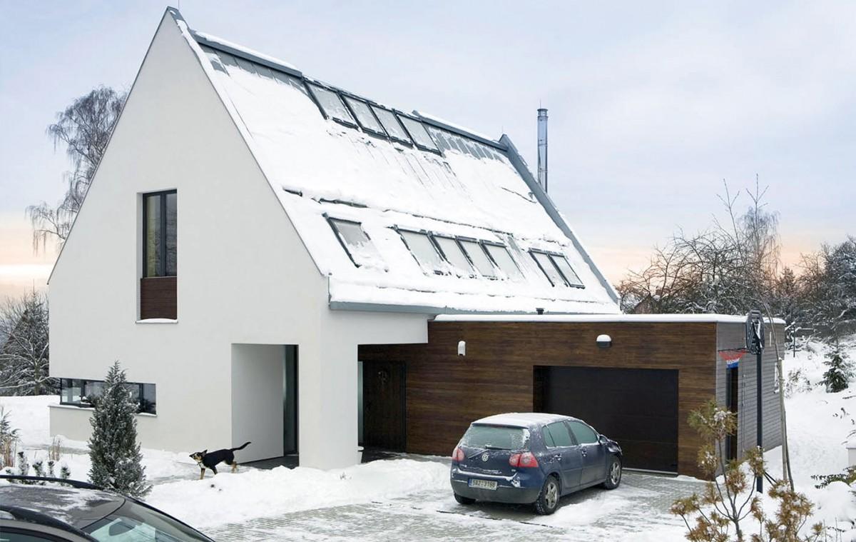 Hlavní hmotu domu se sedlovou střechou doplňuje kubická hmota garáže, kterou odlišuje kromě tvaru ipojetí fasády.