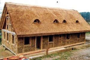 Dřevěná konstrukce zateplená slámou aomítaná hlínou – potenciál přírodních materiálů, který dobře znali naši předkové, se snaží využít idnešní dřevostavby.