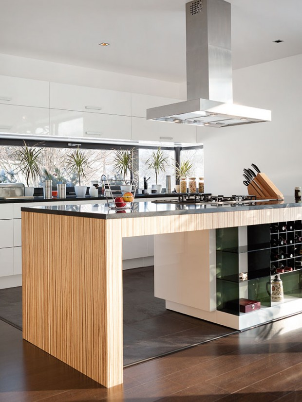 Interiér je navržený vjednoduchém střízlivém designu – dřevěné dekory se střídají sbílými plochami.