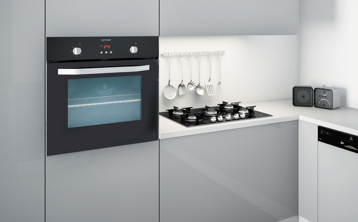 Řada Prime Glass značky Indesit vyniká moderním designem svyužitím černého nebo bílého skla, praktickými funkcemi amaximální úsporou energií.