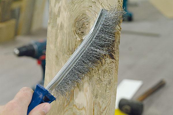 3. ČIŠTĚNÍ Ocelovým kartáčem odstraníme zbytky špíny, která se na méně ohoblovaných částech desky může nacházet. Jde především ohlínu, prach či mech.