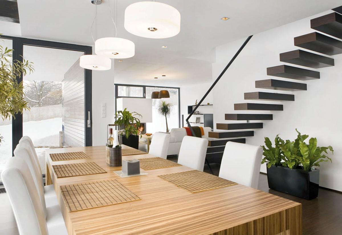 Kombinace světlých atmavých dřevěných dekorů si skvěle rozumí sbílou.