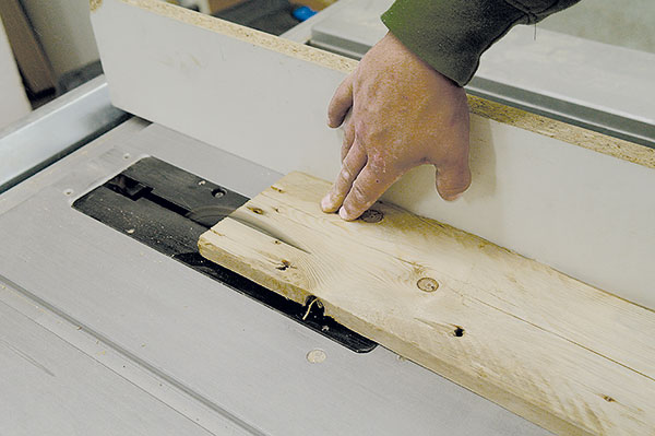 6. ŘEZÁNÍ Při průměru hodin 30 cm je dobré širší desky zúžit. Díky tomu budou hodiny zněkolika různých destiček, což jim dodá potřebný efekt ašmrnc.