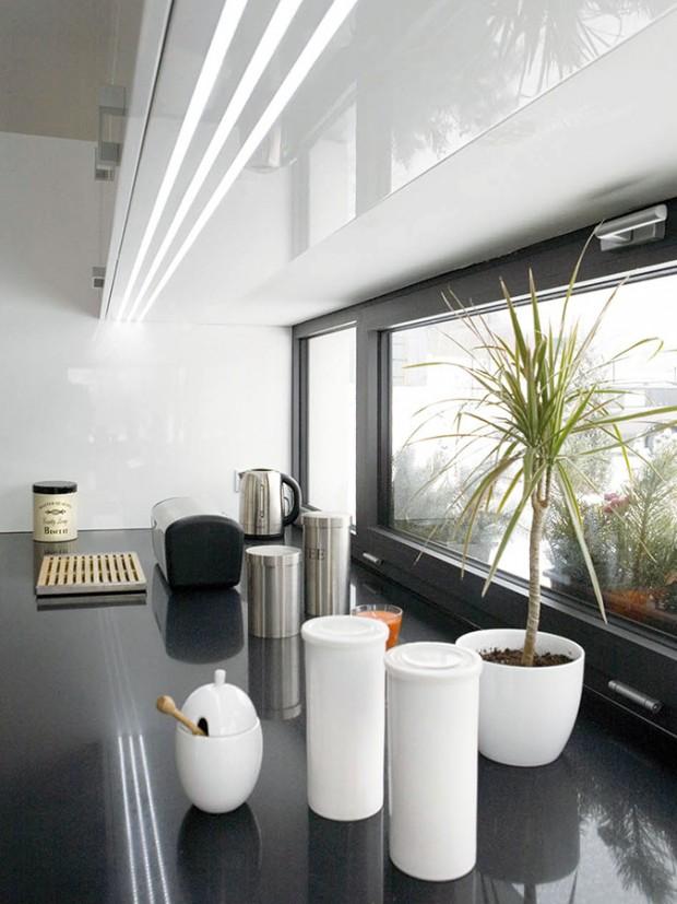Kuchyňskou pracovní plochu zcela vduchu moderních trendů osvětluje úzké pásové okno.