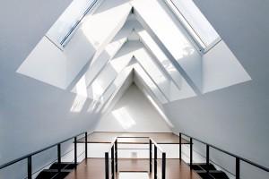 Impozantní prostor podkroví je zalitý světlem díky velkorysému použití střešních oken.