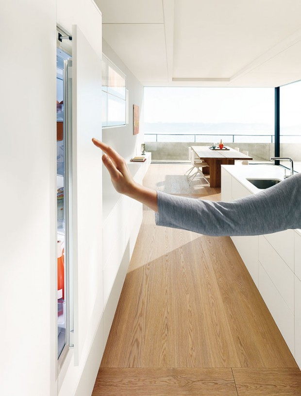 Bezúchytkové řešení. Aby minimalistický vzhled vaší kuchyně nic nerušilo, nabízí Blum elektrické otevírání Servo-Drive flex, vhodné pro všechny běžné vestavné lednice amrazničky. Stačí jen krátké zatlačení adveře se mírně pootevřou. Pokud dveře otevřete omylem, po chvíli se samy zavřou. FOTO BLUM