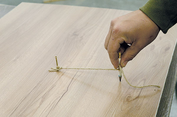 10. KRUH Zopačné strany do středové díry vložíme šroub, zachytíme oněj provázek sdélkou 15cm (poloměr hodin) aupevníme na něj tužku. Jedním tahem vytvoříme kruh.