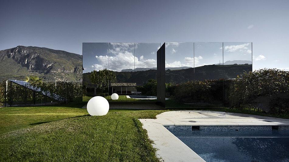 Zrcadlový dvojdům odráží nádhernou přírodu tyrolských Dolomit