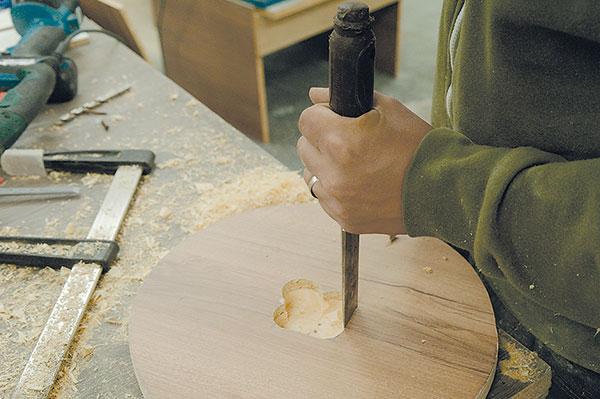 14. DLÁTEM Dotvoříme otvor na strojek. Je potřebné, aby tloušťka dna byla menší, než je délka hřídele, na němž jsou ručičky hodin.