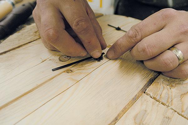16. HODINOVÝ STROJEK Hodinový strojek vložíme do otvoru aupevníme ho podle přibaleného postupu. Zpřední strany namontujeme hodinové ručičky. Také jsou součástí balení.