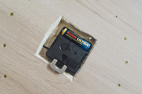 19. BATERIE Do hodin vložíme baterii, nastavíme čas azavěsíme je na stěnu. Závěsný háček je vbalení strojku. Nebo hodiny nechte položené na stole či na zemi.