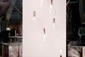 Kolekce osvětlení Laboratory Lights inspirovaná vybavením laboratoří (baňkami, zkumavkami…) pochází zdílny studia Dechem. Jde okolekci vytvořenou pro sklárny Kavalierglass vSázavě. FOTO KAVALIER DESIGN