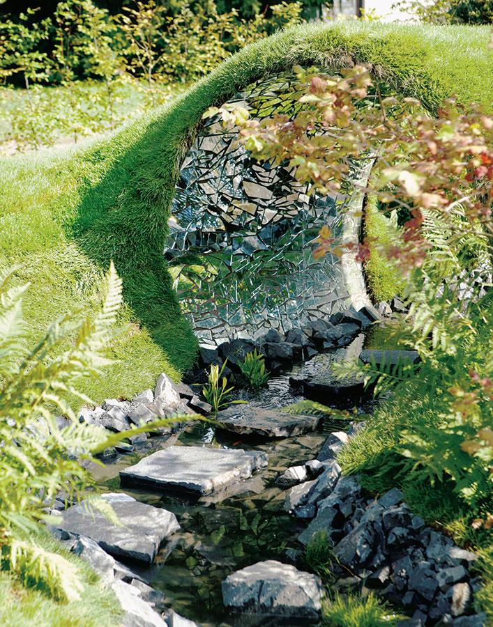 Prsten pro princeznu. Bylo nebylo za sedmi kopci a sedmi řekami jedno království… Zahradu jako z pohádky vytvořil Filip Zikmund z Garden Art. (www.gardenart.cz) FOTO MARIE MORAVCOVÁ