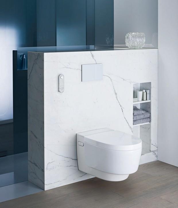 Toaleta bez splachovacího kruhu sintegrovanou sprchou AquaClean Mera od značky Geberit propojuje důmyslný systém splachování sfunkcí bidetu, systémem na dámskou hygienu, inovativním sušením atichým odsáváním zápachu.