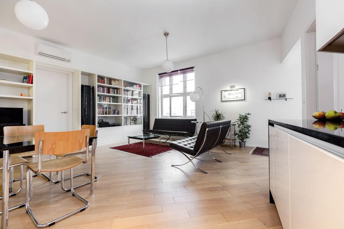 Vestavěný nábytek vznikal samozřejmě na míru podle návrhu architekta, ale solitérní kusy už pocházejí ztoho, co padlo do oka domácí paní.