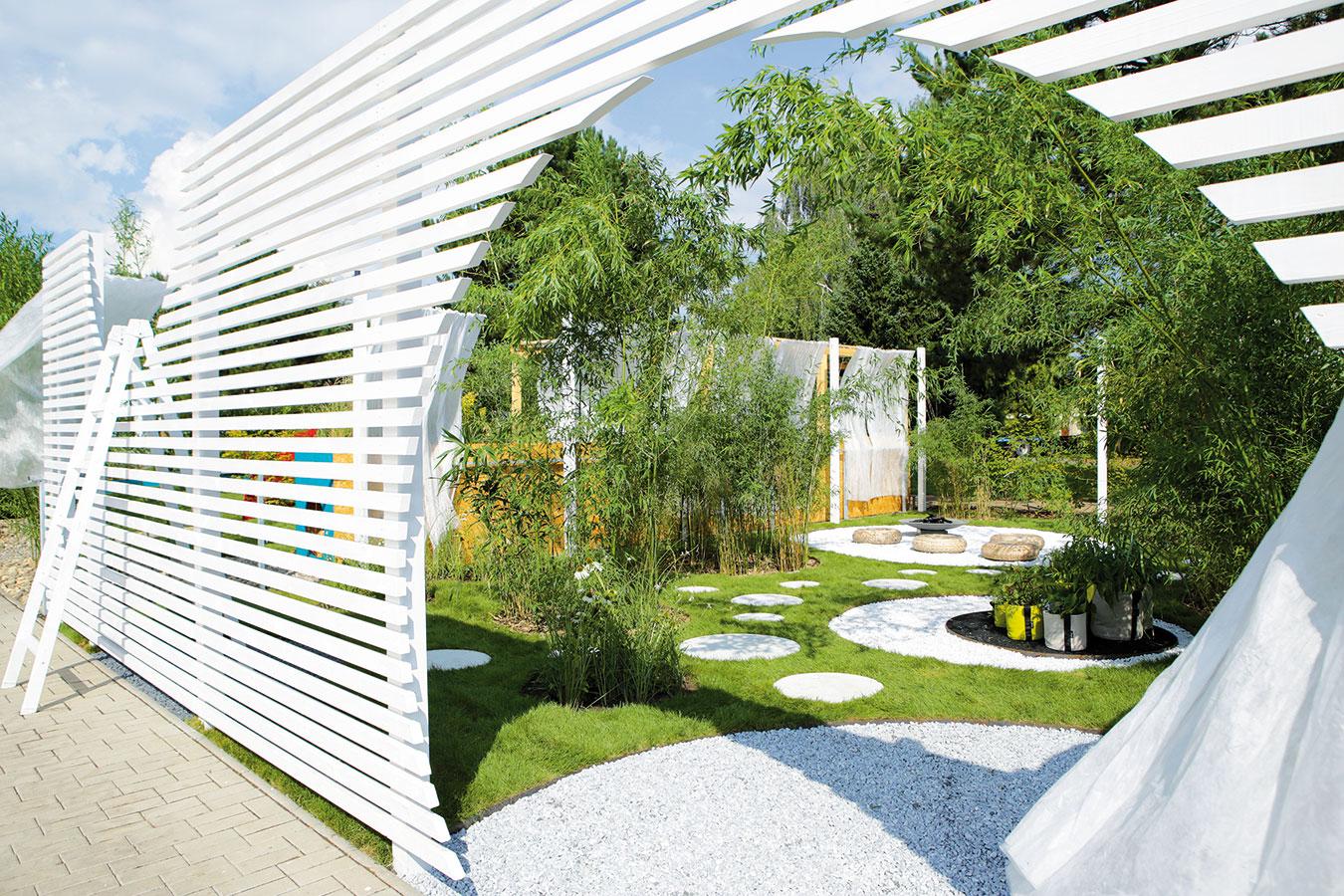 Díra v plotě. Taková díra nemusí být vždy nutně na škodu. V tomto případě se za plotem skrývá univerzální zahrada od Jakuba Ciglera, která se mění v čase i prostoru. Užitková část je součástí okrasné zahrady.