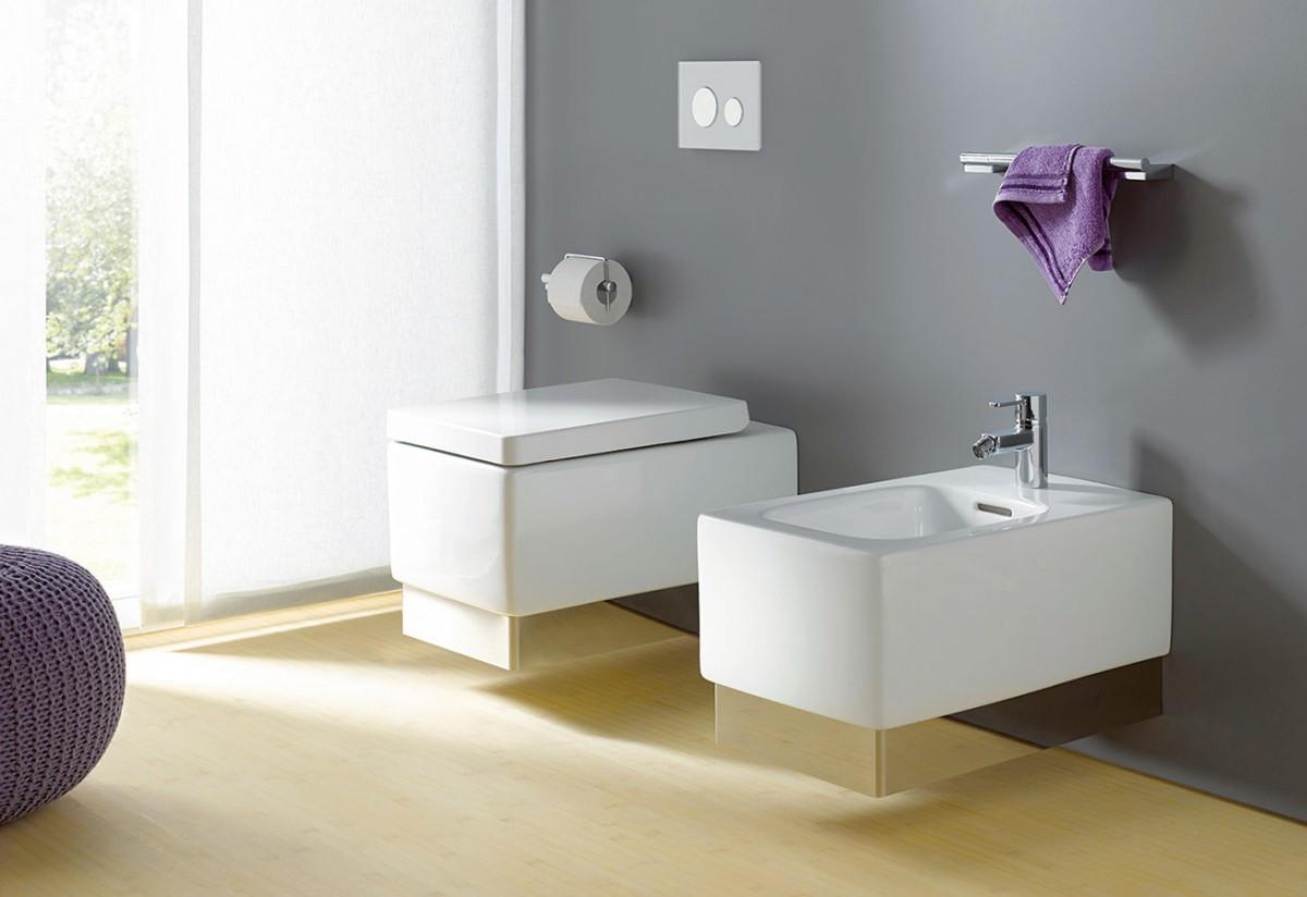 Součástí kolekce koupelnového nábytku akeramiky shranatými liniemi Kludi Plus je isamostatné WC abidet, které můžete doladit krycími proužky schromovým leskem.