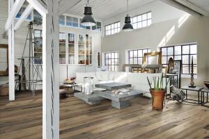 Specifický styl. Dispozice podkrovního bydlení se musí přizpůsobit rytmu konstrukčních prvků krovu.