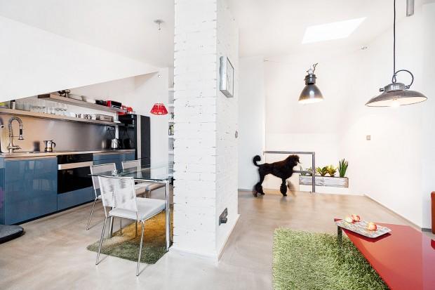 Kuchyňskou linku sotevřenými policemi anerezovou deskou od truhláře skvěle doplnily trouba alednice zkolekce Gorenje Ora-Ïto od francouzského návrháře Ito Morabita. FOTO DANO VESELSKÝ