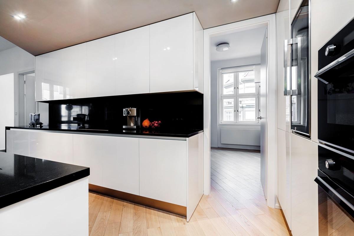 Elegantní černo-bílá kuchyně měla svůj předobraz vjedné ze starších realizací Stana Bachledy. FOTO DANO VESELSKÝ