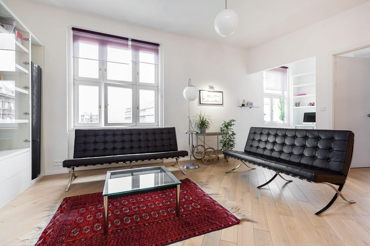 Otevřenému dennímu prostoru dominuje sezení ve stylu slavného návrhu Miese van der Rohe.