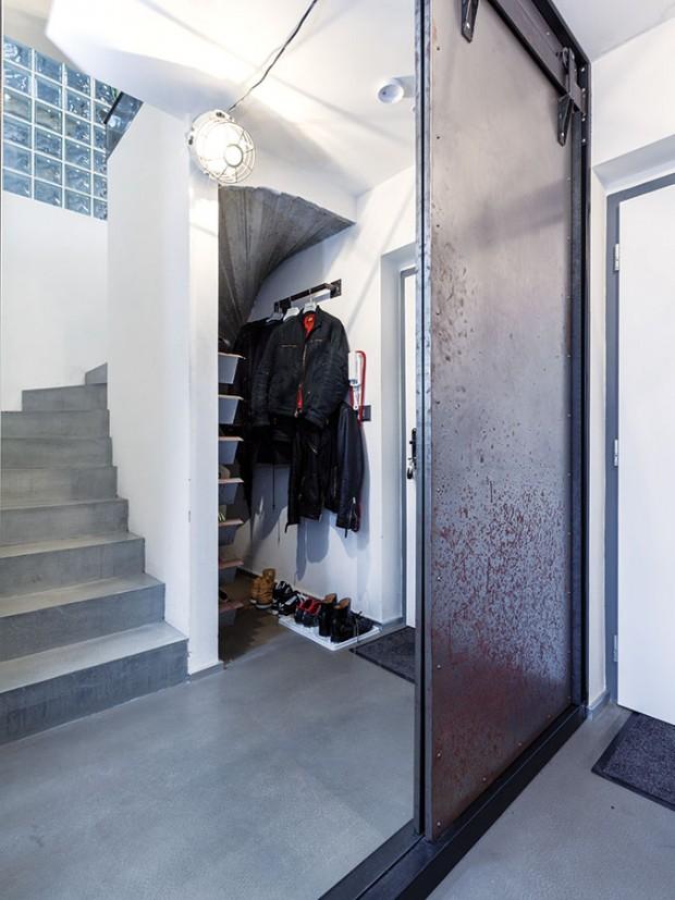 Spodní část bytu, kde se za vstupem nachází malá předsíň sešatnou aložnice, dopadla nejvíc podle majitelových představ. Působí syrovým, industriálním dojmem. FOTO DANO VESELSKÝ