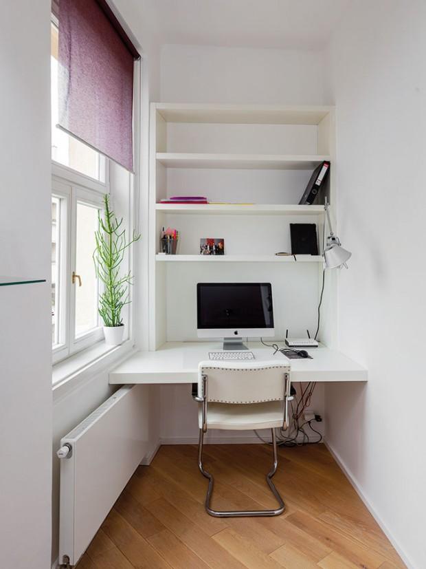 Ve výklenku uokna vzniklo ideální místo pro pracovní kout. Podle původního návrhu ho měla oddělovat posuvná skleněná stěna, ale majitelé od ní nakonec upustili. FOTO DANO VESELSKÝ