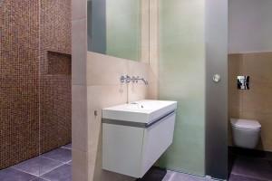 První zkoupelen umožňuje majitelům dopřát si pohodlnou sprchu ve velkorysém sprchovém koutě.