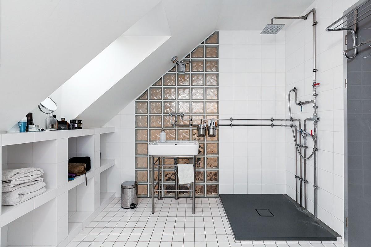 Koupelně, která se nachází nahoře, tedy oproti aktuálním zvyklostem vjiném patře než ložnice, dodávají nezaměnitelný industriální charakter odhalené vodovodní trubky. Nejde jen oprvek estetický, prakticky posloužily pro zavěšení nádob sdrobnými toaletními potřebami. FOTO DANO VESELSKÝ