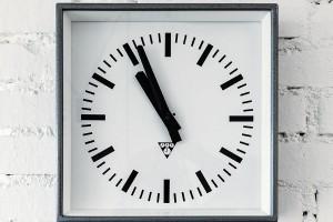 """Také nádražní hodiny, stejně jako většina svítidel, pocházejí z""""inventáře"""" značky Nanovo. Jirkovi aAdamovi je sympatický Radkův styl ismysl pro detail, proto pro něj vyráběli řadu """"oříšků"""", které si na ně vymyslel, na míru. FOTO DANO VESELSKÝ"""